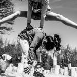 zaterdag 2 mei 2015. 13:07 uur. Het AZC heeft afgelopen jaar een speeltuin gekregen van de stichting van het vergeten kind. Lua en Nandini spelen in de zandbak
